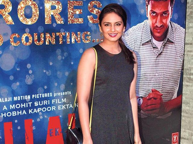 Huma-Qureshi-is-all-smiles-as-she-poses-for-the-shutterbugs
