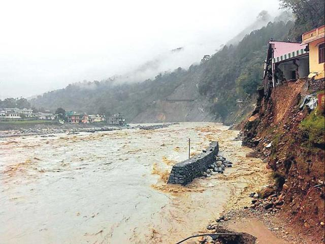A swollen Mandakini river flows below some houses near Vijyanagar and an incomplete safety wall in Agastyamuni, Uttarakhand. (Arvind Moudgil/HT photo)