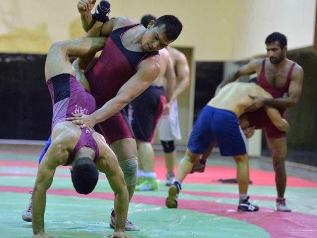Pakistani wrestlers Mohammad Inam (2L) and Azhar Hussain (R) take part during training session at a sports complex. AFP PHOTO