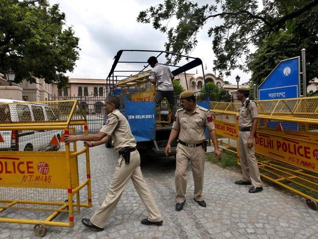 Delhi-police-barricade-the-entry-to-Mahrashtra-Sadan-where-around-11-members-of-Parliament-from-Maharashtra-belonging-to-the-Shiv-Sena-allegedly-forced-a-Muslim-catering-supervisor-to-break-his-fast-last-week-at-Maharashtra-Sadan-in-in-New-Delhi-Photo-by-Raj-K-Raj-Hindustan-Times