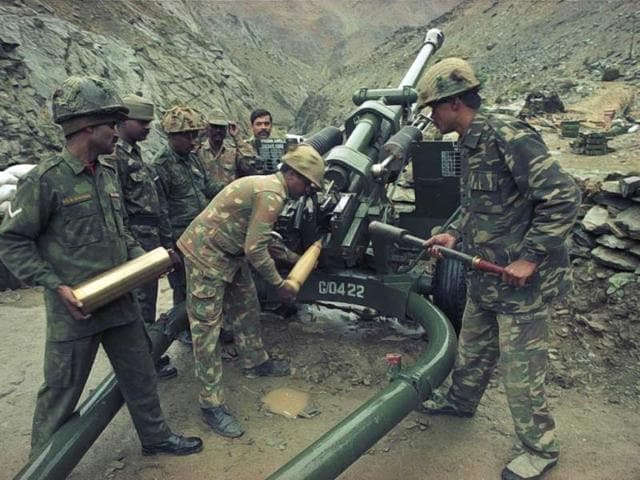 Soldiers take their positions during Kargil war. (Pradeep Bhatia/HT Photo)