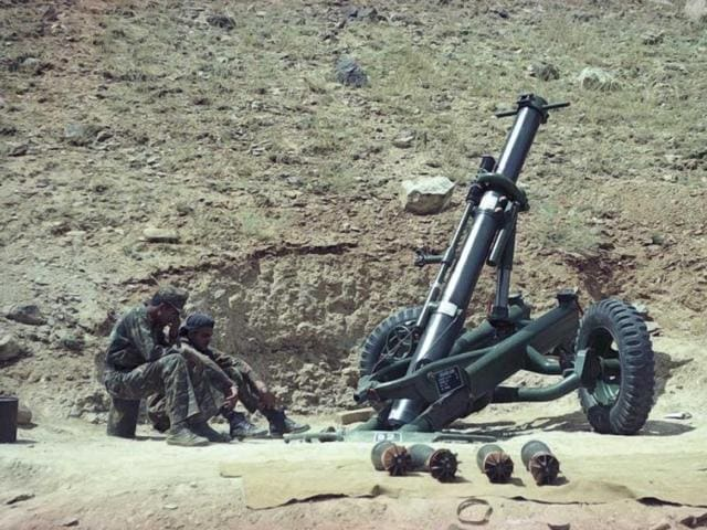 Soldiers ready a missile during Kargil war. (Prakash Singh/HT Photo)