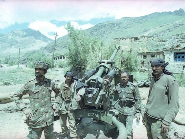 Indian soldiers pose for the camera during Kargil war. (Pradeep Bhatia/HT Photo)