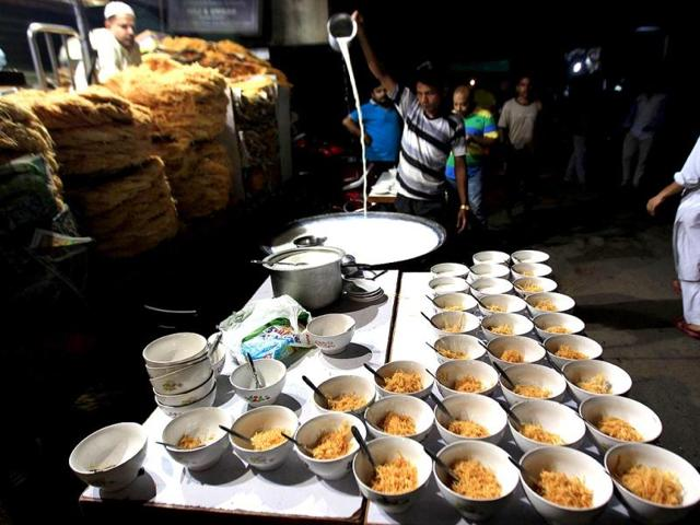 Ramzan delicacies on display near Jama Masjid between Iftar and Sehri at old Delhi. (HT Photo/Ajay Aggrwal)