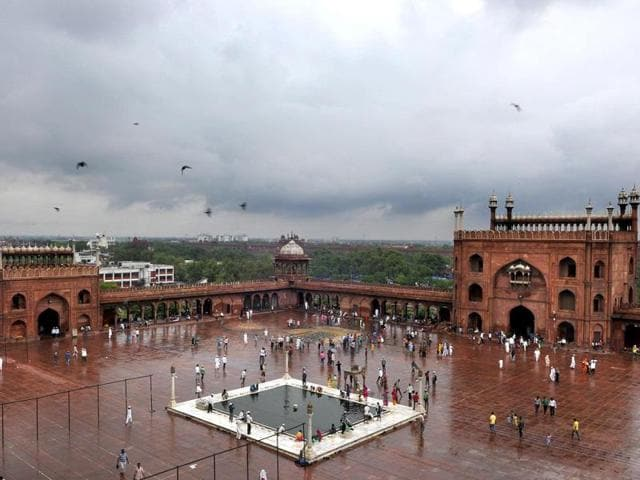 Heavy clouds hang over the Delhi sky on the eve of Eid. (HT Photo/Subrata Biswas)