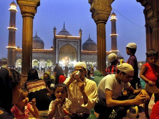 Muslim families break their fast on the eve of Eid at Jama Masjid, in New Delhi. (HT photo/Sanjeev Verma)