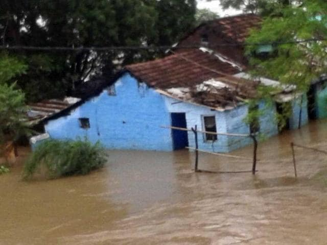 Inundated-low-lying-areas-in-Harda-town-after-heavy-rain-HT-photo