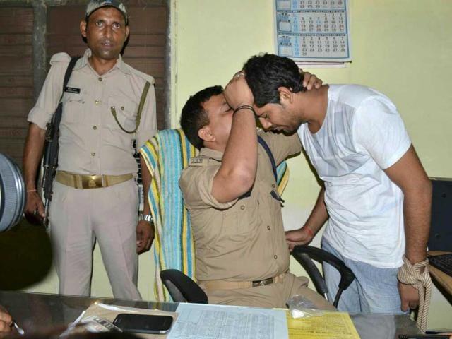 Kanpur-police-official-kisses-murder-accused-Piyush-Shyam-Dasani-on-the-forehead-during-custodial-remand-Haidar-Naqvi-HT-Photo