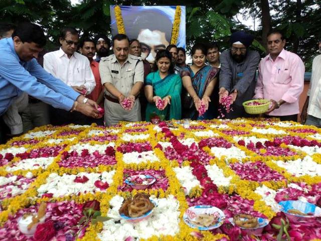 District-collector-and-SP-pay-tribute-to-Kishore-Kumar-on-his-birth-anniversary-in-Khandwa-on-Monday-Sunil-Kerhalkar-HT-photo