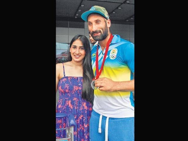 India-hockey-captain-Sardar-Singh-with-fiance-Ashpal-Kaur-a-former-England-under-19-hockey-player-Virendra-Singh-Gosain-HT-Photo