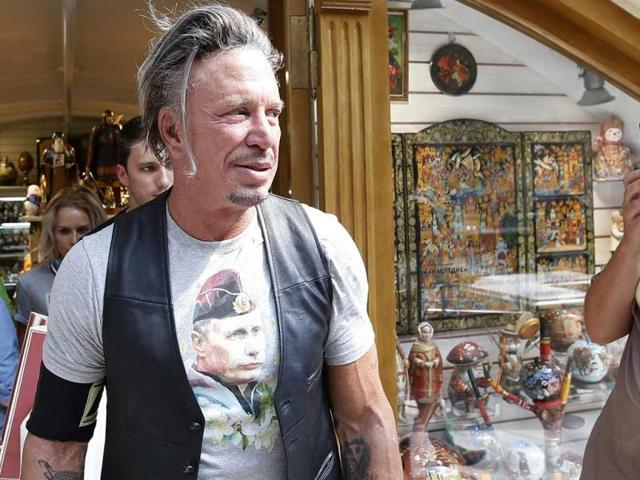 Actor-Mickey-Rourke-wears-a-T-shirt-with-an-image-depicting-Russia-s-President-Vladimir-Putin-as-a-woman-looks-on-at-GUM-department-store-in-central-Moscow-August-11-2014-REUTERS-Photo