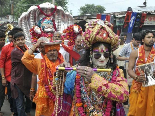 A procession of Bhagwan Mukteshwar Mahakal taken out from Mukteshwar Mahadev Temple in Bhopal. (Gagan Nayar/HT photo)
