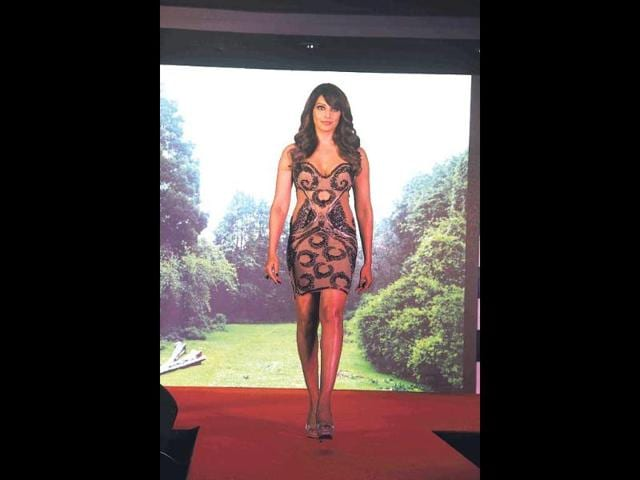 Bipasha-Basu-walked-the-ramp-as-the-showstopper-at-a-fashion-show-held-during-the-music-launch-of-the-film-Creature-3D-photos-prodip-guha