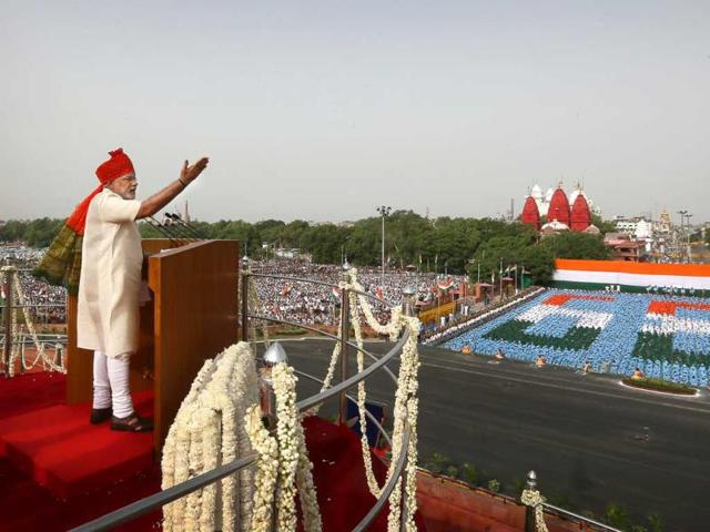 Narendra Modi rouses the audience while delivering a speech at Red Fort.(AP Photo)