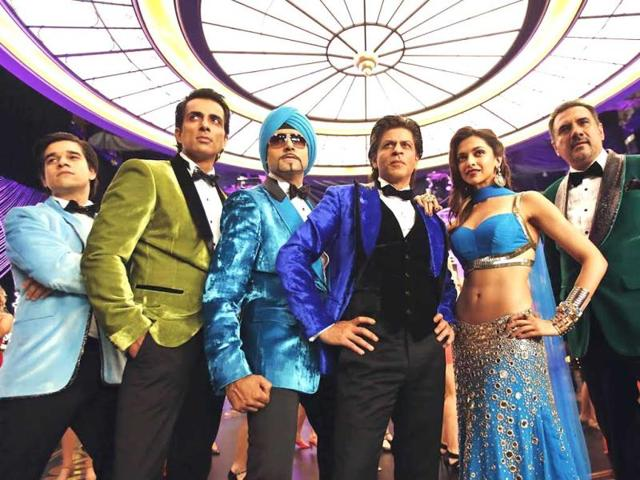 Shah-Rukh-Khan-Abhishek-Bachchan-Deepika-Padukone-Sonu-Sood-and-Boman-Irani-in-a-still-from-Happy-New-Year