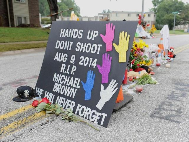 A memorial setup in the place where Michael Brown Jr. was killed in Canfield Apartments in Ferguson, MO. (AFP Photo)