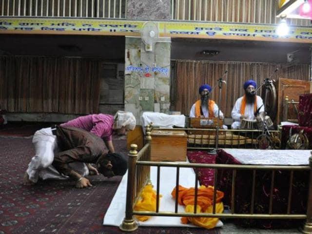 Afghan-Sikhs-paying-obeisance-at-Gurdwara-Karte-Parwan-in-Kabul-Photo-courtesy-SBS-Punjabi
