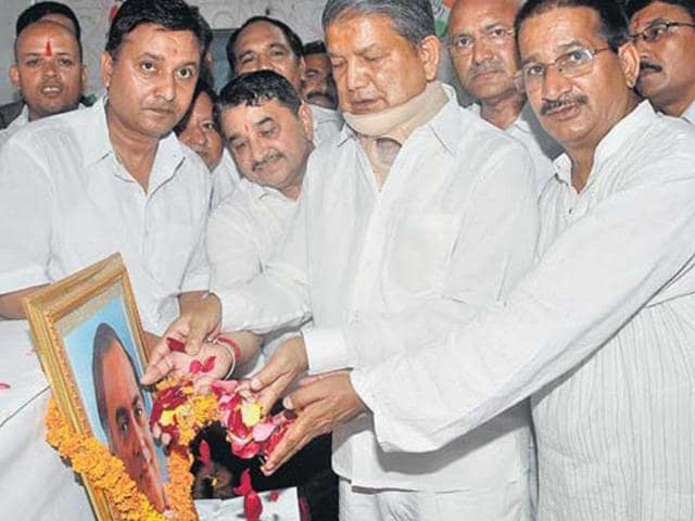 CM-Harish-Rawat-and-PCC-president-Kishore-Upadhyay-right-pay-tribute-to-late-Rajiv-Gandhi-in-Dehradun-on-Wednesday-HT-Photo