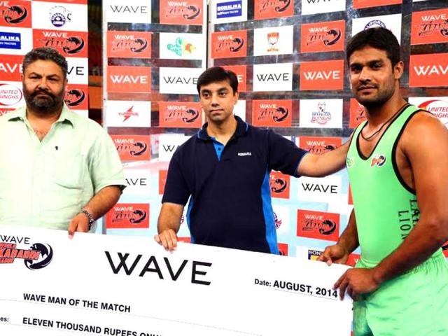 Lahore-Lions-kabaddi-player-Akmal-Dogar-receiving-his-Man-of-The-Match-HT-Photo