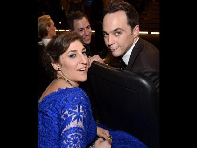Jim-Parsons-and-Mayim-Bialik-of-Big-Bang-Theory-take-a-picture-at-the-Emmys-2014-Parson-wins-fourth-Emmy-Award-for-Best-Comedy-Actor