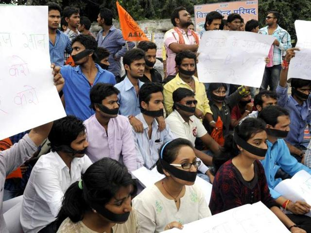 A-large-number-of-ABVP-members-staged-a-mute-protest-to-highlight-Bhanwarkua-police-s-brutality-in-Indore-on-Wednesday-Amit-K-Jaiswal-HT-photo