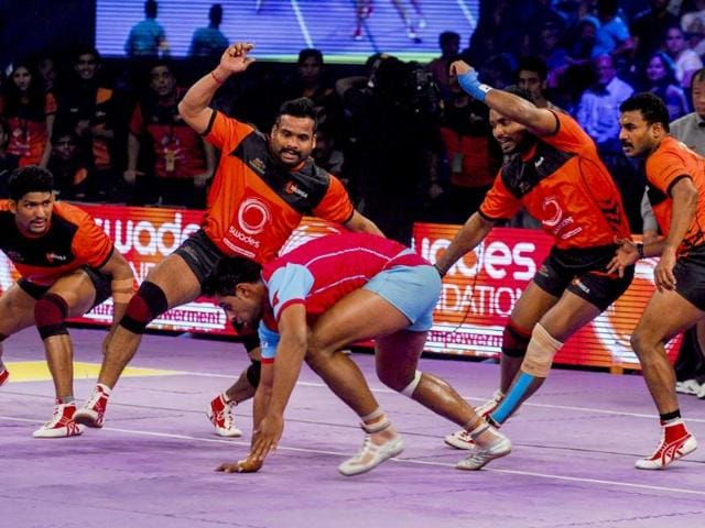 Jaipur-Pink-Panthers-battle-it-out-with-U-Mumba-at-the-finals-of-the-inaugural-Star-Sports-Pro-Kabaddi-League-at-the-NSCI-Stadium-in-Mumbai-Prodip-Guha-HT-Photo