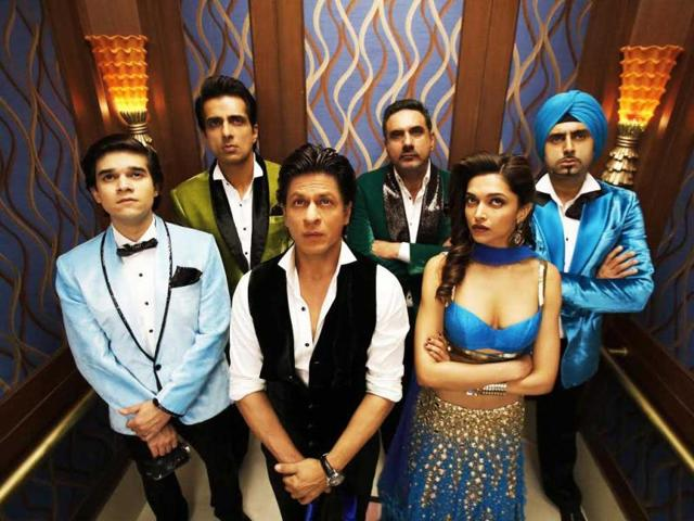 SRK-Deepika-Sonu-Sood-Abhishek-Bachchan--Boman--Irani-and-Vivaan-Shah-in-a-still-from--Happy-New-Year