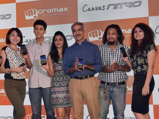 Micromax-CEO-Vineet-Taneja-with-a-group-of-youngsters-during-the-launch-of-Canvas-Nitro-A310-in-New-Delhi-Photo-PTI-Vijay-Kumar-Joshi