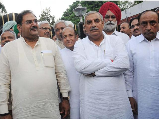 INLD-Ellenabad-MLA-Abhay-Singh-Chautala-second-from-left--with-party-president-Ashok-Arora-second-from-right