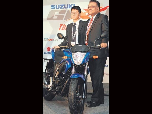 Suzuki-executive-VP-Atul-Gupta-with-VP-sales-Kenji-Hirozawa-pose-with-the-Gixxer-Photo-HT