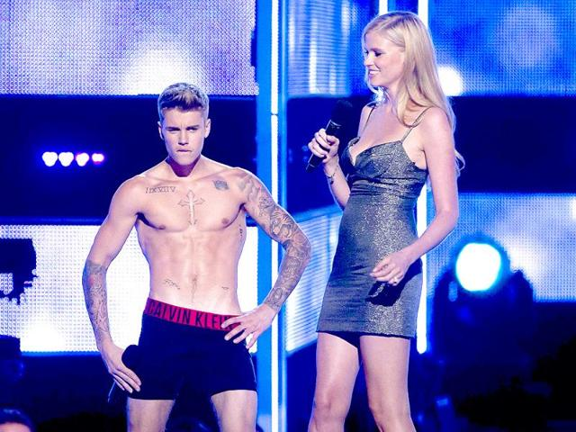 Singer-Justin-Bieber-takes-his-pants-off-as-he-and-model-Lara-Stone-introduce-an-act-during-the-Fashion-Rocks-2014-concert-in-the-Brooklyn-borough-of-New-York-September-9-2014--REUTERS