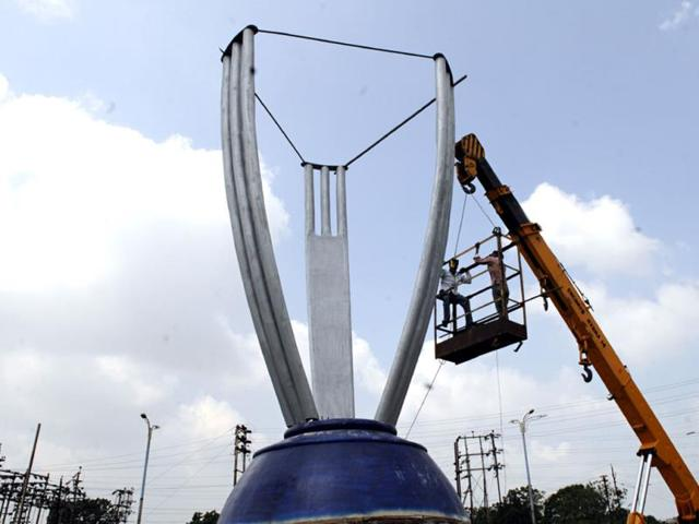 A-part-of-cricket-World-Cup-trophy-replica-being-installed-at-Pipliyahana-square-in-Indore-Amit-K-Jaiswal-HT-photo