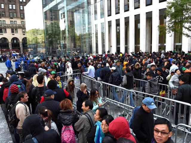 a7340edf8a 11-hour wait! Apple lovers queue up for iPhone 6
