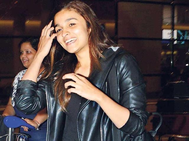 Shahid-Kapoor-and-Alia-Bhatt-were-spotted-at-the-Mumbai-airport-They-were-returning-from-a-shoot-in-London