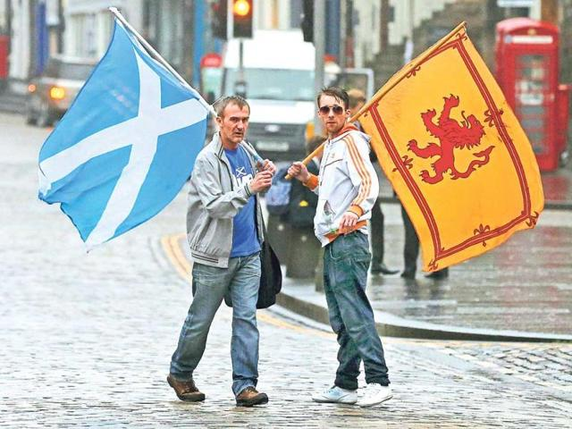 Supporters-of-the-Yes-campaign-in-Edinburgh-Scotland