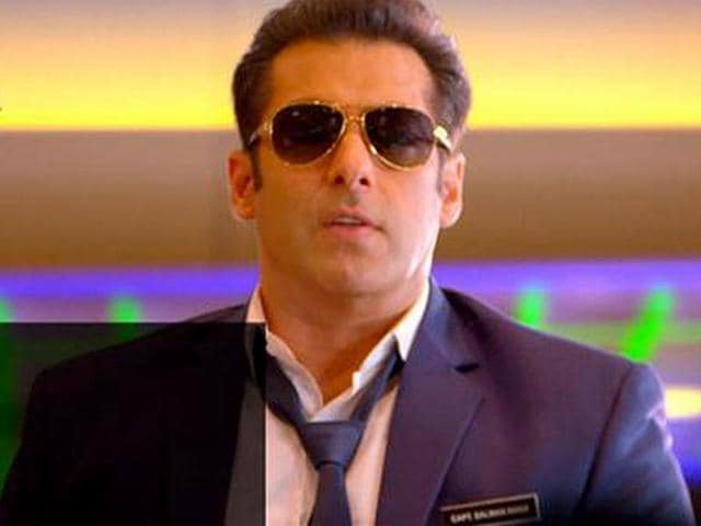 Salman-Khan-snapped-at-the-premiere-of-Bigg-Boss-8-Photo-Colors-in