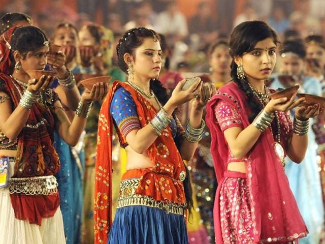 Girls-perform-aarti-on-the-first-day-of-Navratri-in-Indore-Amit-K-Jaiswal-HT-photo