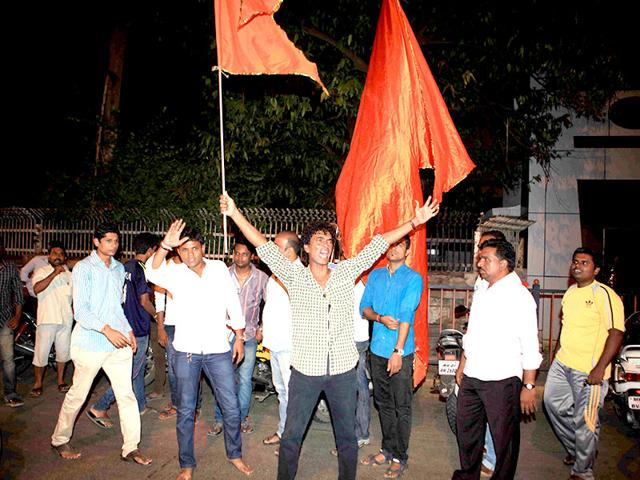 Shiv-Sena-supporters-at-Matoshree-in-Mumbai-after-the-BJP-announced-the-break-up-with-its-25-year-old-ally-Sena-Pratham-Gokhale-HT-photo