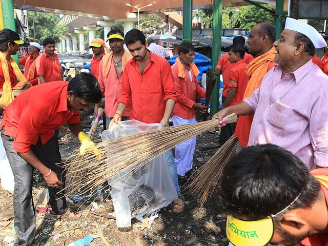 Coolies clean the platforms as Swachh Bharat campaign in Borivali. The Swachh Bharat Abhiyan aims to clean up the country in the next five years. (Pratham Gokhale/HT photo)