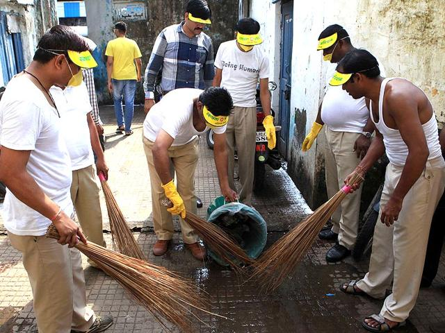 RPF staff members clean the platforms in Borivali as PM Modi launched Swachh Bharat campaign. (Pratham Gokhale/HT photo)