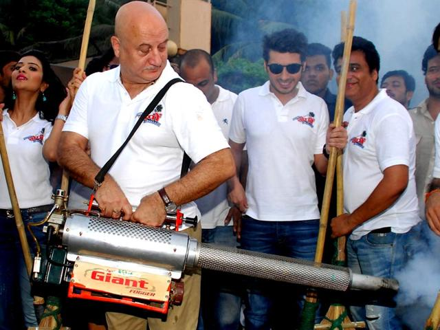 Anupam Kher poses during the Clean India campaign in Mumbai on October 2, 2014. (AFP Photo)