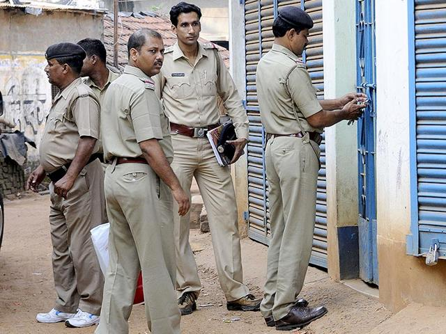Policemen-stand-outside-a-house-in-Khagragarh-Burdwan-where-an-explosion-left-two-suspected-militants-dead-Ashok-Nath-Dey-HT-Photo