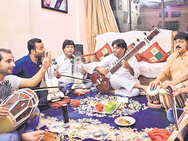 Musicians-Ishteyak-Sabir-Dilshad-Imran-Hanif-and-Shahrukh-Khan-rehearse-in-Malvani-Mumbai-HT-photo