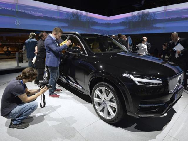 People-take-pictures-of-the-new-Volvo-XC90-at-the-2014-Paris-Auto-Show-Photo-AFP
