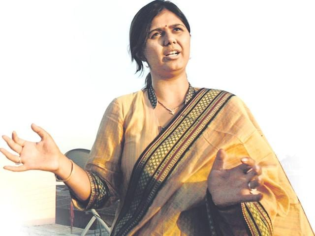 Suspended excise officer welcomes Munde at airport