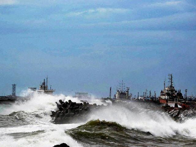 Large-waves-buffet-the-coastline-as-Cyclone-Hudhud-makes-landfall-in-Visakhapatnam-AFP-photo