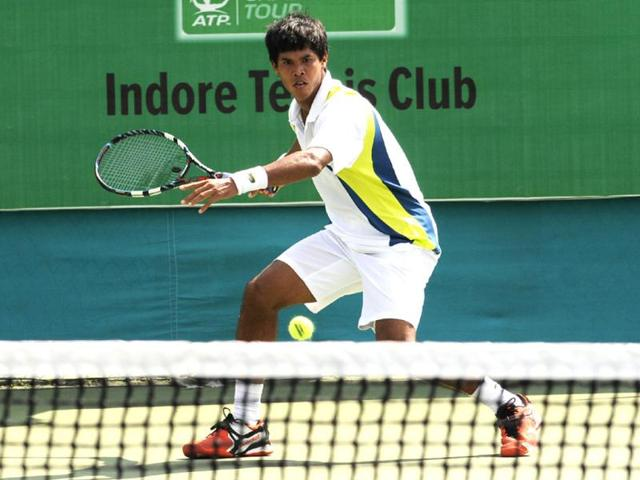 India-s-Somdev-Devvarman-plays-against-his-compatriot-Vishnu-Vardhan-on-the-second-day-of-Indore-Open-ATP-Challenger-tennis-tournament-on-Tuesday-Amit-K-Jaiswal-HT-photo