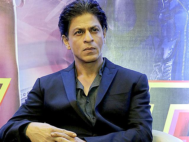 SRK-shoots-outside-Mannat-Photo-Viral-Bhayani
