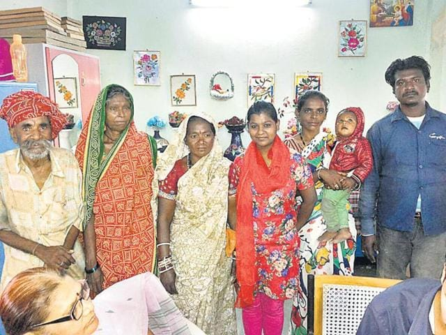 Riya-with-her-mother-and-other-relatives-in-Bhopal-on-Monday-HT-photo