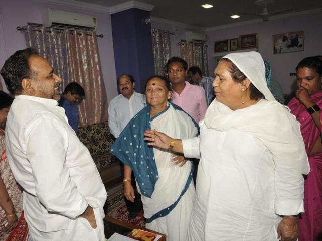Gopal-Bhargava-interacts-with-eunuchs-in-Bhopal-MP-government-will-enlist-the-support-of-eunuchs-for-stricter-and-effective-implementation-of-Swachh-Bharat-Abhiyan-Praveen-Bajpai-HT-photo